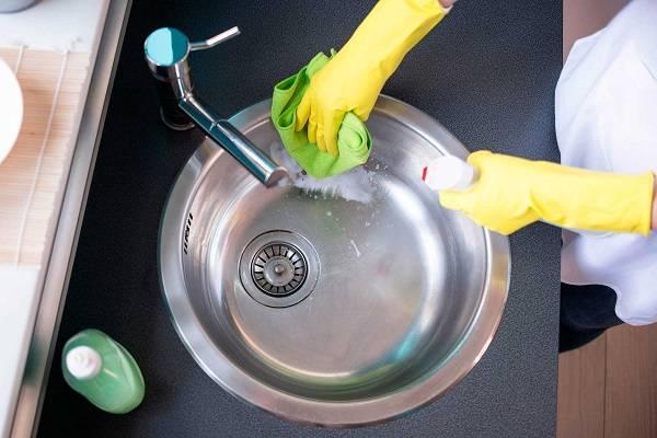 Bột nở loại sạch vết dầu mỡ bám trên bồn rửa